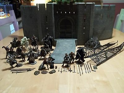 lord of the rings helms deep and 18 figures from vivid imaginations