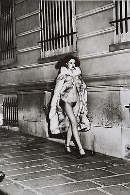 Helmut Newton Sumo Photo 50x70cm Laura Avenue George V 1974 Nude Tan Giudicelli