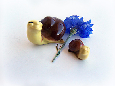 Retired Hagen Renaker Brown and Yellow Snail Papa Snail #487/77 Baby Snail # 488