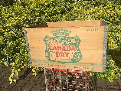 Vintage Canada Dry Ginger Ale Soda Wood Crate/Box D-6-61  Nice Graphics! Clean!