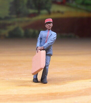 Detailed Porter Struggling With Bag Metal Pewter Figure O / S Scale Train Layout