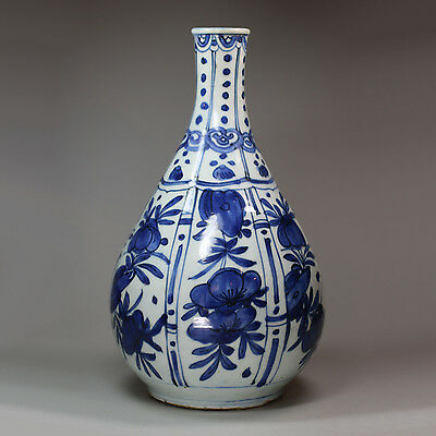 Antique Chinese blue and white porcelain Kraak bottle vase, Wanli (1573-1619)