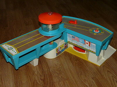 Nice Vintage 1972 Fisher Price 996 Little People Play Family Airport