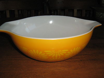 Vintage Pyrex Large Yellow Daisy Pattern Mixing Bowl Excellent Condition..