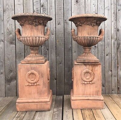 Stone urns A Pair of Urns on Bases Terracotta in Colour Blashfield / Blanchard