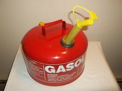 Vtg CHILTON 2 1/2 GALLON VENTED METAL GAS CAN CMP 2G With Screened Spout