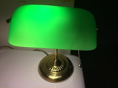 Vintage Emerald Green Glass Brass Pull Chain Bankers Student Desk Lamp Shade