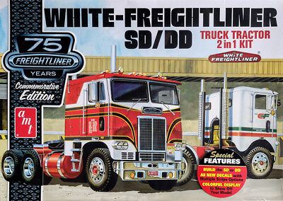 White Freightliner SD / DD Truck Tractor + Display 1:25 AMT Model Kit AMT1046