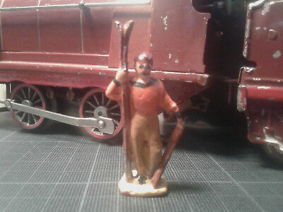 Ancien personnage figurine plomb Ech. O HORNBY DINKY MDM - homme avec ski-eclats