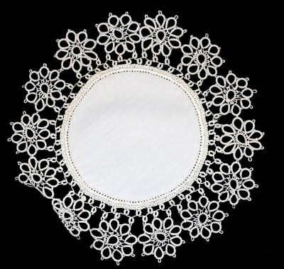 Vintage pretty tatted lace trim round doily measuring approx 25cm across