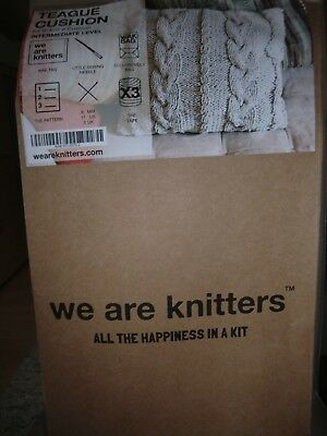 WE ARE KNITTERS Wolle Strickset Neu Kissen TEAGUE CUSHION