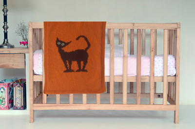 Hand-knitted baby blanket with cat / Favourite children quilt with cat