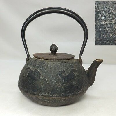 D811: Japanese OLD NANBU iron teakettle TETSUBIN with good relief of horse