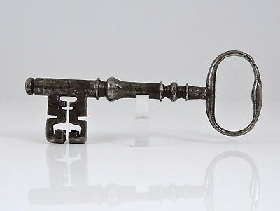 Excellent Georgian iron latch key (C)