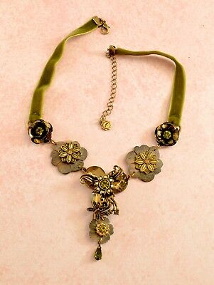 Vintage style pretty forest green velvet & shell floral necklace