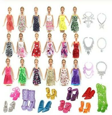 m - LOTTO 26 PZ ACCESSORI BARBIE 10 VESTITI + 6 COLLANE + 10 PAIA DI SCARPE DOLL
