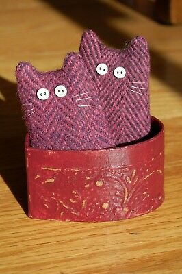 Primitive Valentines Day Wool Cat Ornies in Heart Shaped Box
