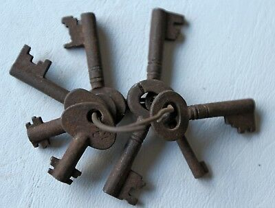 Vintage Bunch of  8 small keys No.15