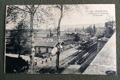 CPA. AIGUILLON. 47 - Le Passage à Niveau des Promenades. Train. Locomotive.1915?