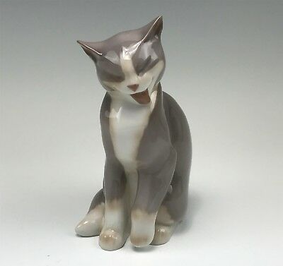 Signed Bing & Grondahl B&G Figurine Sitting Cat, Licking #2256
