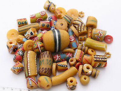 1 Mix aus safrangelben Recycling Glasperlen Unikat Ghana Trade Beads West-Afrika