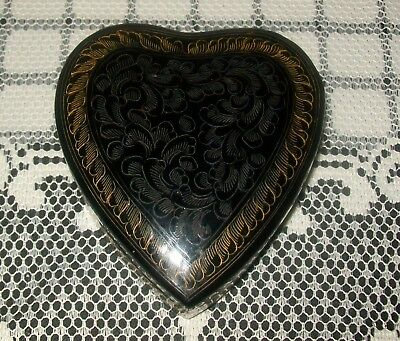 VINTAGE BLACK LACQUERED HEART SHAPED LIDDED BOX 10 x 9cm (wood/resin?)