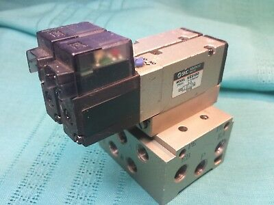2 SMC VZ2150 Directional Solenoid Valves on Manifold 24Vdc 1/8 R Rc Ports