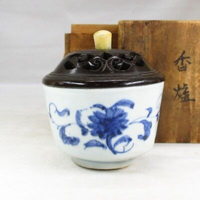 B698: Chinese incense burner of old blue-and-white porcelain of Qing Dynasty age