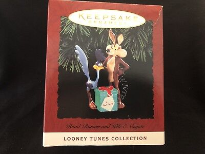 HALLMARK Keepsake 1994 ROAD RUNNER AND WILE E. COYOTE Vintage CHRISTMAS ORNAMENT