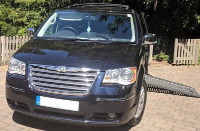 Wheelchair van Chrysler Grand Voyager Braun Centervan side access automatic ramp