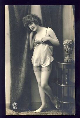 Carte Postale Ancienne FEMME en petite tenue EROTIQUE EROTIC Woman in Undress