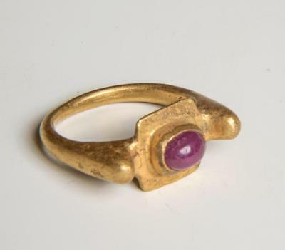 Roman solid gold ring with gemstone circa 2nd-3rd century AD.
