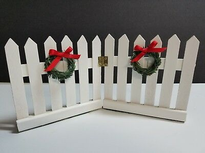 Accessory for Byers Choice Carolers White Picket Fence with Wreaths