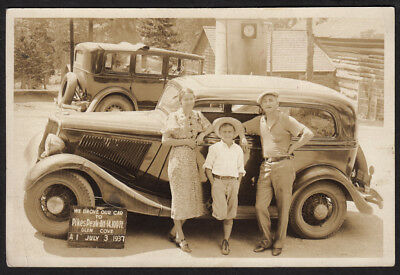 COCKY COOL TOURIST FAMILY & PIKES PEAK & 1931 FORD CAR ~ 1937 VINTAGE 4x6 PHOTO