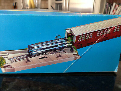 Model Power HO SCALE  TURNTABLE and Engine House - Unused