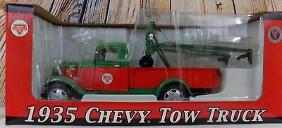Conoco oil & gas Co 1935 Chevy Tow Truck Metal Die Cast replica Green and Red