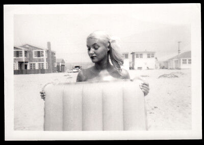 PLATINUM BLONDE DREAM PINUP GIRL HIDES NUDE on BEACH ~ 1950s VINTAGE PHOTO