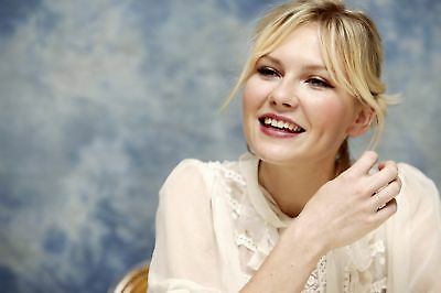 Kirsten Dunst With The Hand Up 8x10 Quality Photo Print