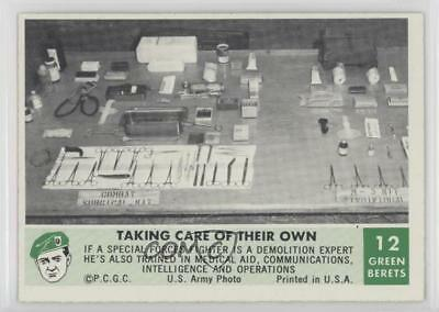 1966 Philadelphia Men the Green Berets #12 Taking Care of Their Own Card 0s4