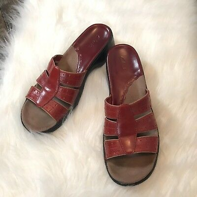 Clark's Women's Red Leather Slip On Sandals Size 8M Open Toe Round Toe EUC