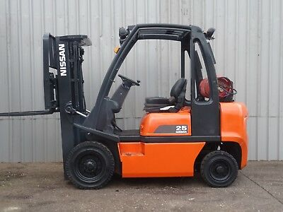 NISSAN UD02A25PQ. 4300mm LIFT. USED GAS FORKLIFT TRUCK. 2500Kgs - (#2188)
