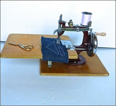 VINTAGE * * ESSEX * * No.1 HAND CRANK TOY SEWING MACHINE CIRCA 1940 WITH CARRIER