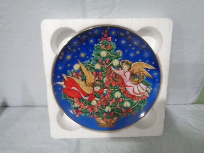 """1995 """" Trimming The Tree""""  Decorative  AVON  Christmas / Holiday Plate"""