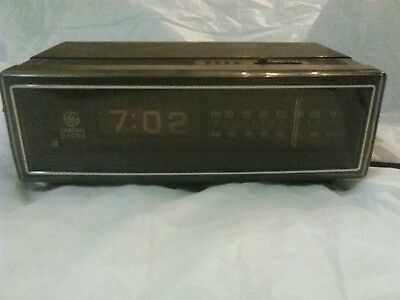 Vintage General Electric AM FM Flip Clock Radio GE Model 7-4305A Retro Works