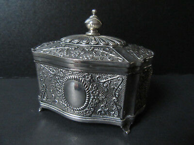 Silver plated trinket box with lid, on 4 little feet.