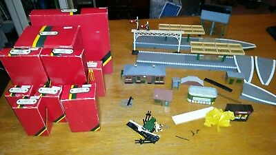joblot hornby buildings ticket office engine shed level crossings etc as listed