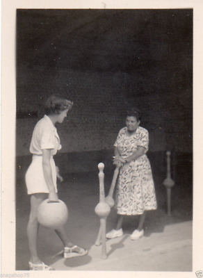 AO548  Photo vintage anonyme loisir femme woman jeu quilles bowling vers 1940
