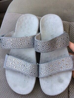 ab93bb8db3c4 Women s Vionic by Orthaheel Samoa silver orthotic slide sandals size 6   37  EUC