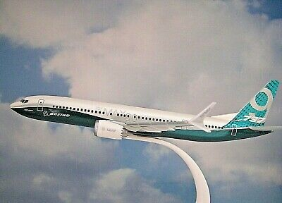 Herpa Wings 1:200  SNAP FIT  Boeing 737 Max 9  Boeing House Color  611824