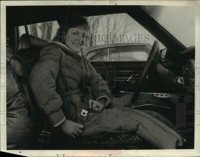 1984 Press Photo Tracy A Kwak of Schenectady, NY buckles her seat belt in car